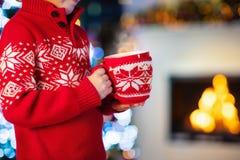 Ungar på julgranen Barn dricker varm kakao arkivbilder