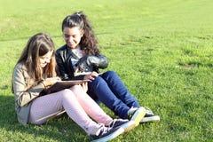 Ungar på sociala nätverk Arkivbilder