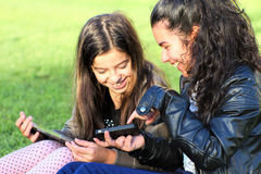 Ungar på sociala nätverk fotografering för bildbyråer