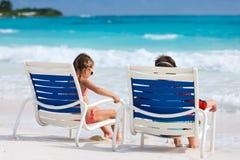 Ungar på stranden Arkivbild