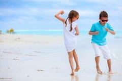 Ungar på stranden Arkivbilder