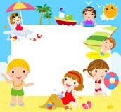 Ungar på stranden med banret Arkivbilder
