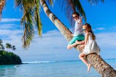 Ungar på strandsemester Arkivbild