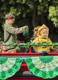 Ungar på Sts Patrick dag ståtar Royaltyfri Foto