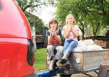Ungar på vagnen Arkivbild