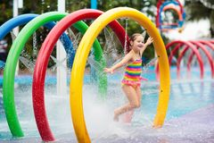 Ungar p? aqua parkerar vatten f?r simning f?r barnp?lsport royaltyfri foto