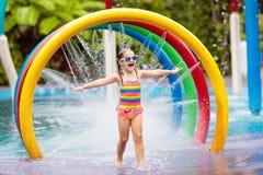 Ungar p? aqua parkerar vatten f?r simning f?r barnp?lsport royaltyfri bild