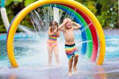 Ungar p? aqua parkerar vatten f?r simning f?r barnp?lsport royaltyfria foton