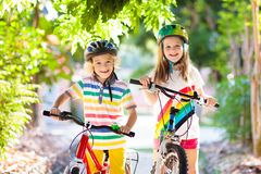 Ungar p? cykeln Barn p? cykeln Cykla f?r barn royaltyfria foton