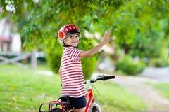 Ungar p? cykeln Barn p? cykeln Cykla f?r unge arkivbild