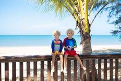 Ungar p? den tropiska stranden Barn p? sommarsemester arkivfoton
