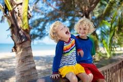 Ungar p? den tropiska stranden Barn p? sommarsemester arkivfoto
