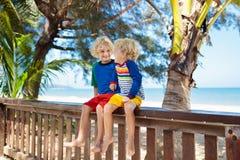 Ungar p? den tropiska stranden Barn p? sommarsemester royaltyfri foto