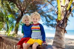 Ungar p? den tropiska stranden Barn p? sommarsemester royaltyfri fotografi