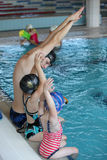 Ungar på simningkursen i inomhus simbassäng Royaltyfria Foton