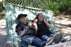 ungar phone samtal texting två royaltyfria bilder