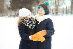 Ungar pojke och flicka som tillsammans spelas Fotografering för Bildbyråer