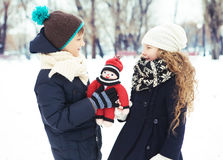 Ungar pojke och flicka som tillsammans spelas Royaltyfri Bild