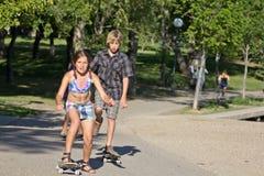 ungar rida den deras skateboarden arkivbilder