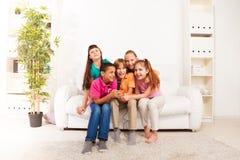 Ungar sjunger hemma arkivbilder