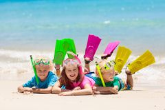 Ungar snorklar Barn som snorklar i det tropiska havet fotografering för bildbyråer
