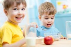 Ungar som äter sund mat i dagis arkivfoto