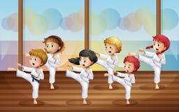 Ungar som öva karate vektor illustrationer
