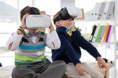 Ungar som affärsledare som använder virtuell verklighethörlurar med mikrofon arkivfoton