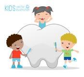 Ungar som använder en tandborste för att göra ren en jätte- tand, illustration av ungar som borstar en tand, illustration av unga Arkivbilder
