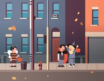 Ungar som bär dräkter för den monsterbidracula trollkarlen som går staden, semestrar begreppstrick eller den lyckliga halloween f royaltyfri illustrationer