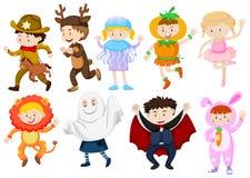 Ungar som bär dräkter för halloween och lekar royaltyfri illustrationer