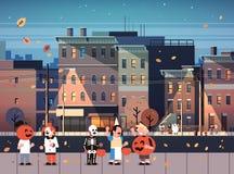 Ungar som bär monsterdräkter som går nattstaden, semestrar trick eller fest lyckliga halloween för begreppscityscapebakgrund stock illustrationer