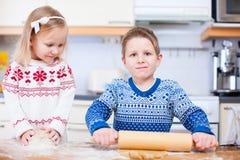 Ungar som bakar kakor eller pien Arkivfoto