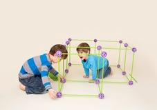 Ungar som bygger ett fort och dela arkivfoto