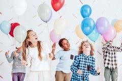 Ungar som dansar med ballonger royaltyfria bilder