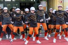 Ungar som dansar på den offentliga etappen för världsdag av dansberöm arkivbild