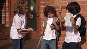 Ungar som dansar på skolan arkivfilmer