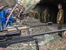 Ungar som försöker gevär på armédag Arkivfoto