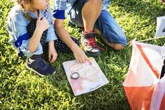 Ungar som finner riktning på en översikt royaltyfri fotografi
