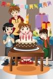 Ungar som firar födelsedagdeltagaren Arkivfoton