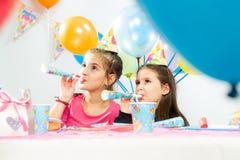 Ungar som firar födelsedagdeltagaren Arkivfoto