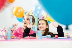 Ungar som firar födelsedagdeltagaren Royaltyfria Foton