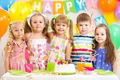 Ungar som firar födelsedagferie Arkivbild