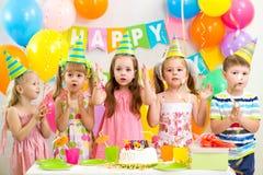 Ungar som firar födelsedagpartiet Arkivfoton