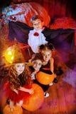 Ungar som firar halloween Royaltyfri Fotografi