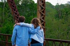 Ungar som går på bron Arkivbild