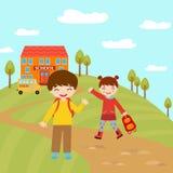Ungar som går till skolan Arkivbild
