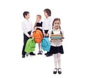 Ungar som går tillbaka till skolan med böcker och ryggsäckar fotografering för bildbyråer