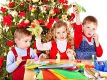 Ungar som gör det Santa kortet för jul. Arkivfoto