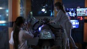Ungar som gör en humanoid främmande operation lager videofilmer